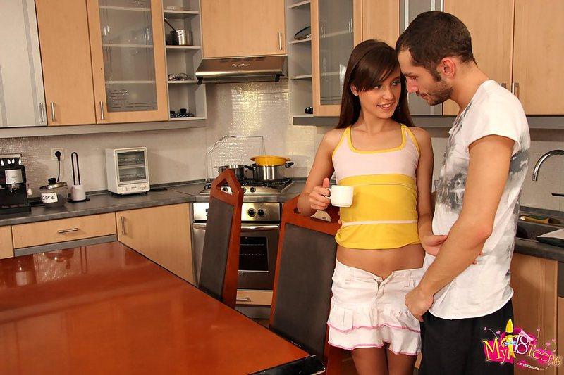 Утренняя ебля соски и молодого мужика в задок на кухне. Фото - 3