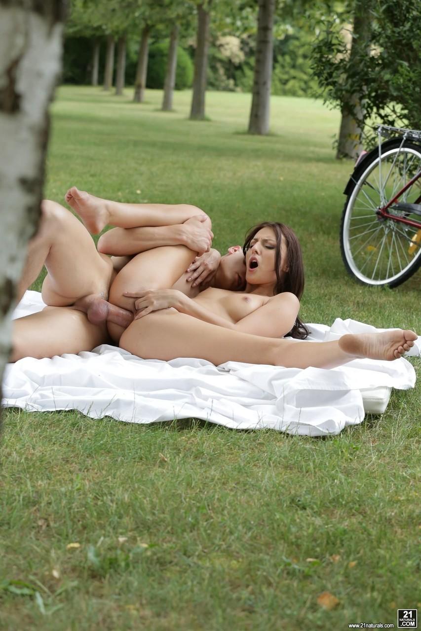 Парень занимается аналом с красоткой в парке. Фото - 15