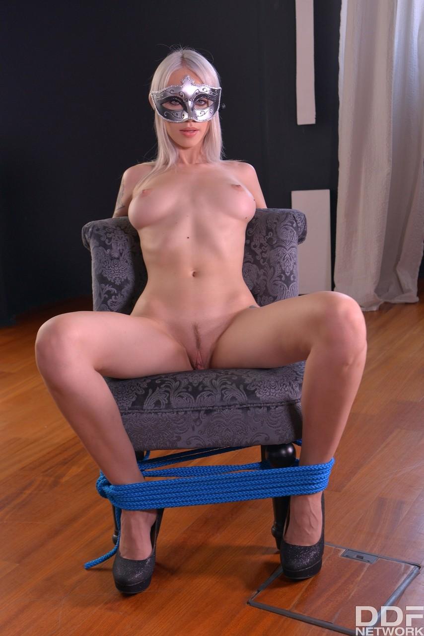 Анал с красоткой, привязанной к креслу