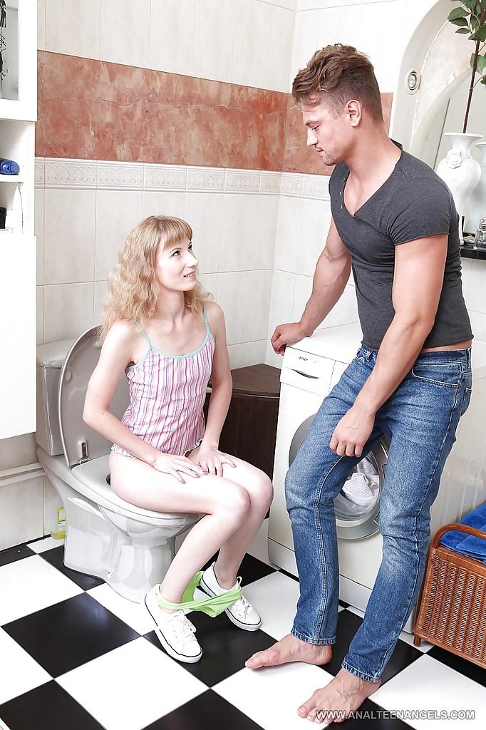 Анал с молодой сучкой в туалете