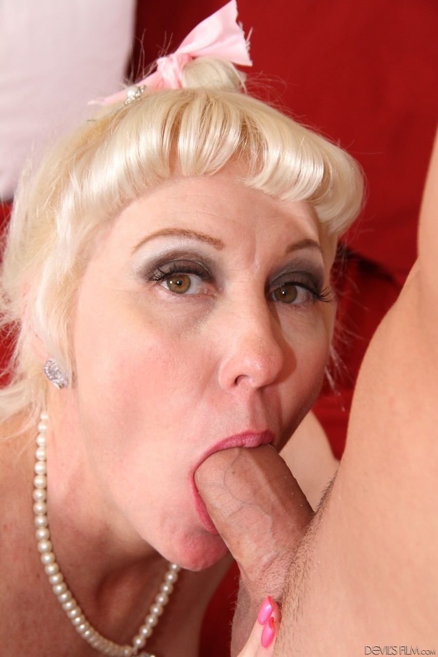 Зрелую блонду под хвоста на фото
