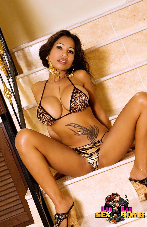 Фото азиатки, которая показала стриптиз на лестнице. Фото - 10