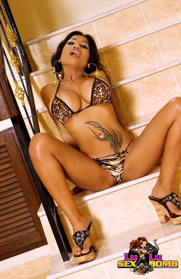 Фото азиатки, которая показала стриптиз на лестнице. Фото - 8