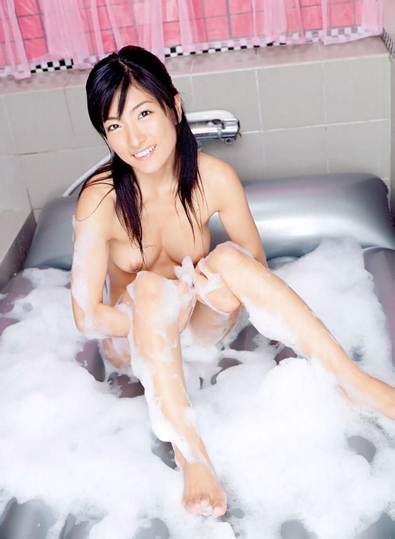 Азиатская крошка мылит пеной голое тело. Фото - 11