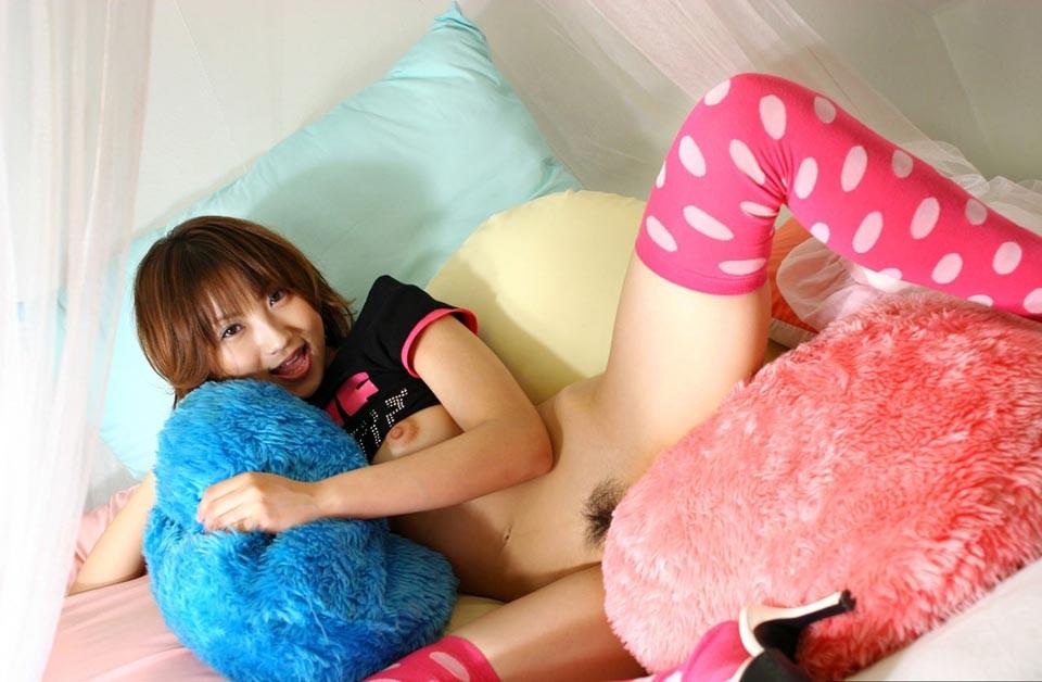 Лобок с волосиками между ног юной японки. Фото - 6
