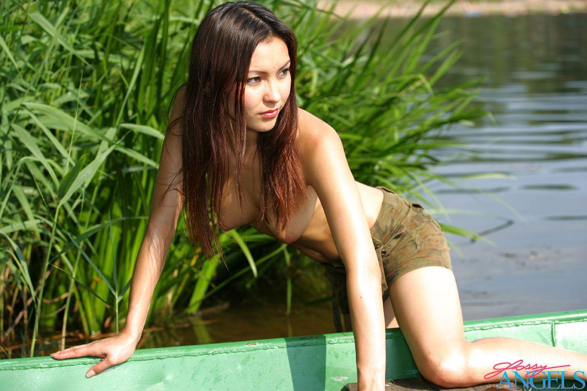 Тайка позирует на лодке. Фото - 6