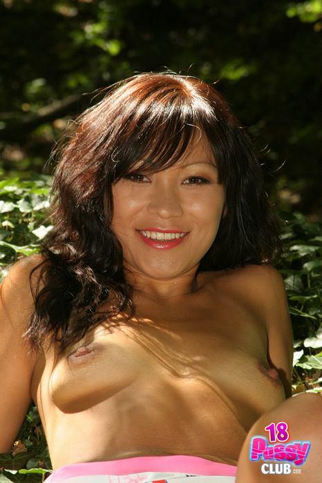 Тайская сучка устраивает показ нагой киски в лесу. Фото - 11