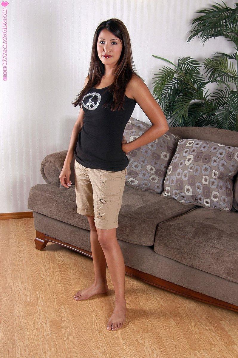 Фотки соло обаятельной азиатки на диване. Фото - 1