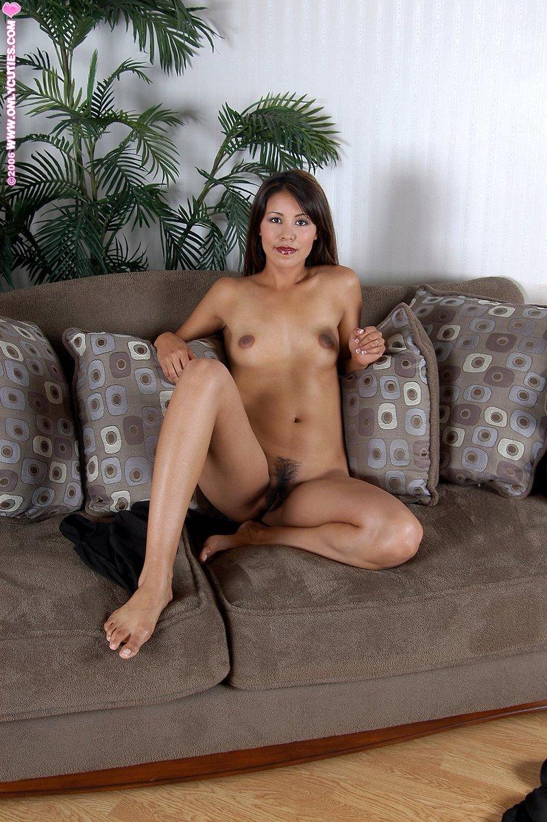 Фотки соло обаятельной азиатки на диване. Фото - 12