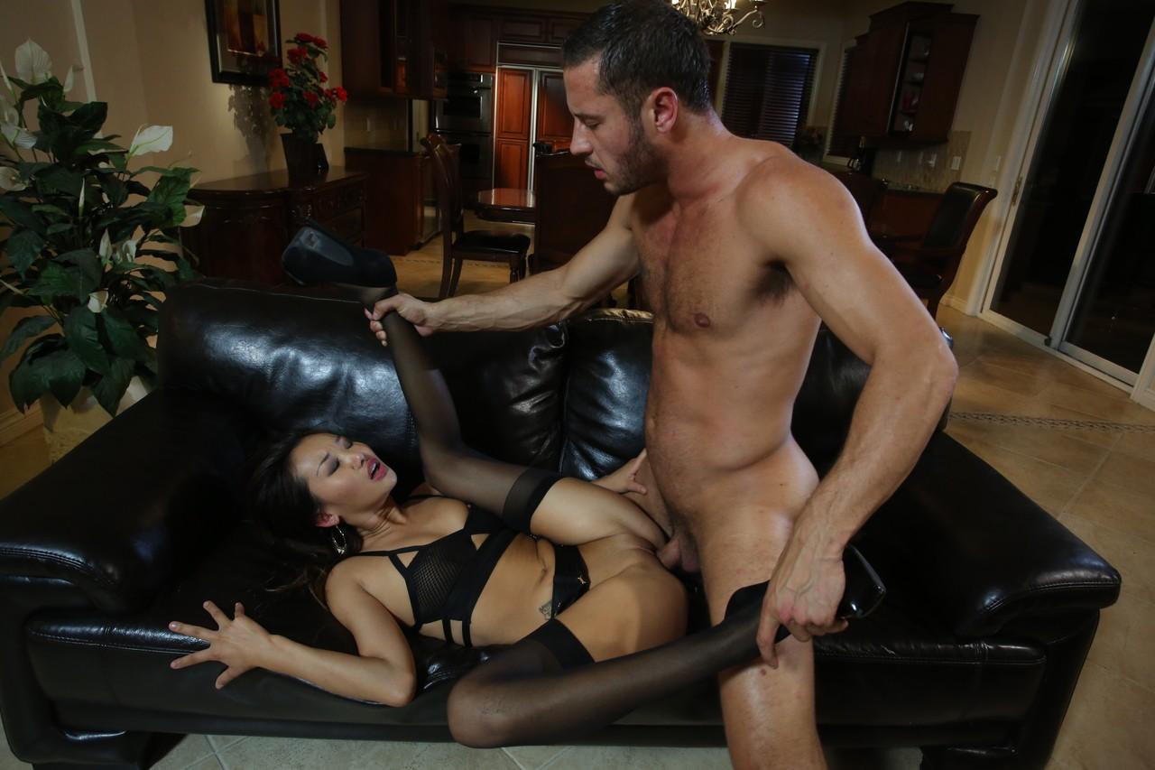 Парень занимается любовью с похотливой гейшей на диване. Фото - 15