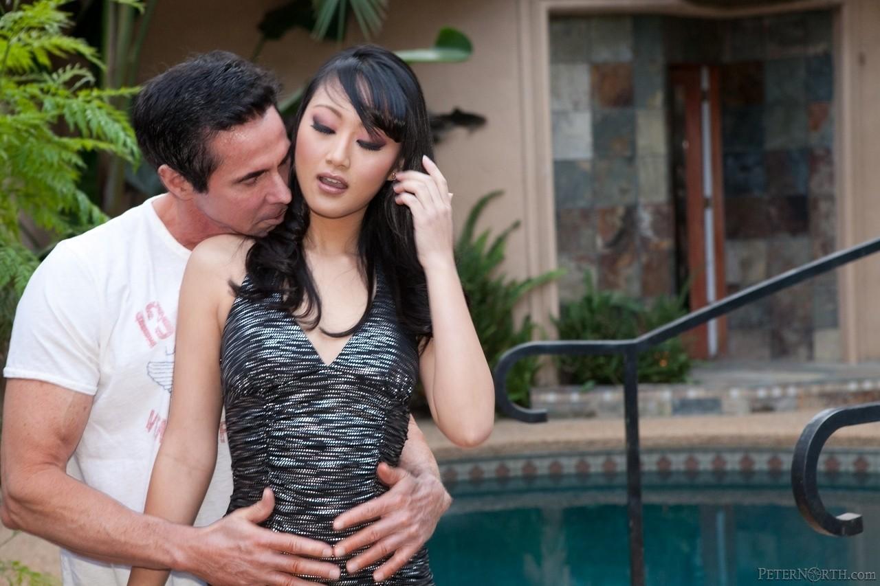 Чел натянул сучку с восточной внешностью на кукан и обкончал ей рожу. Фото - 3