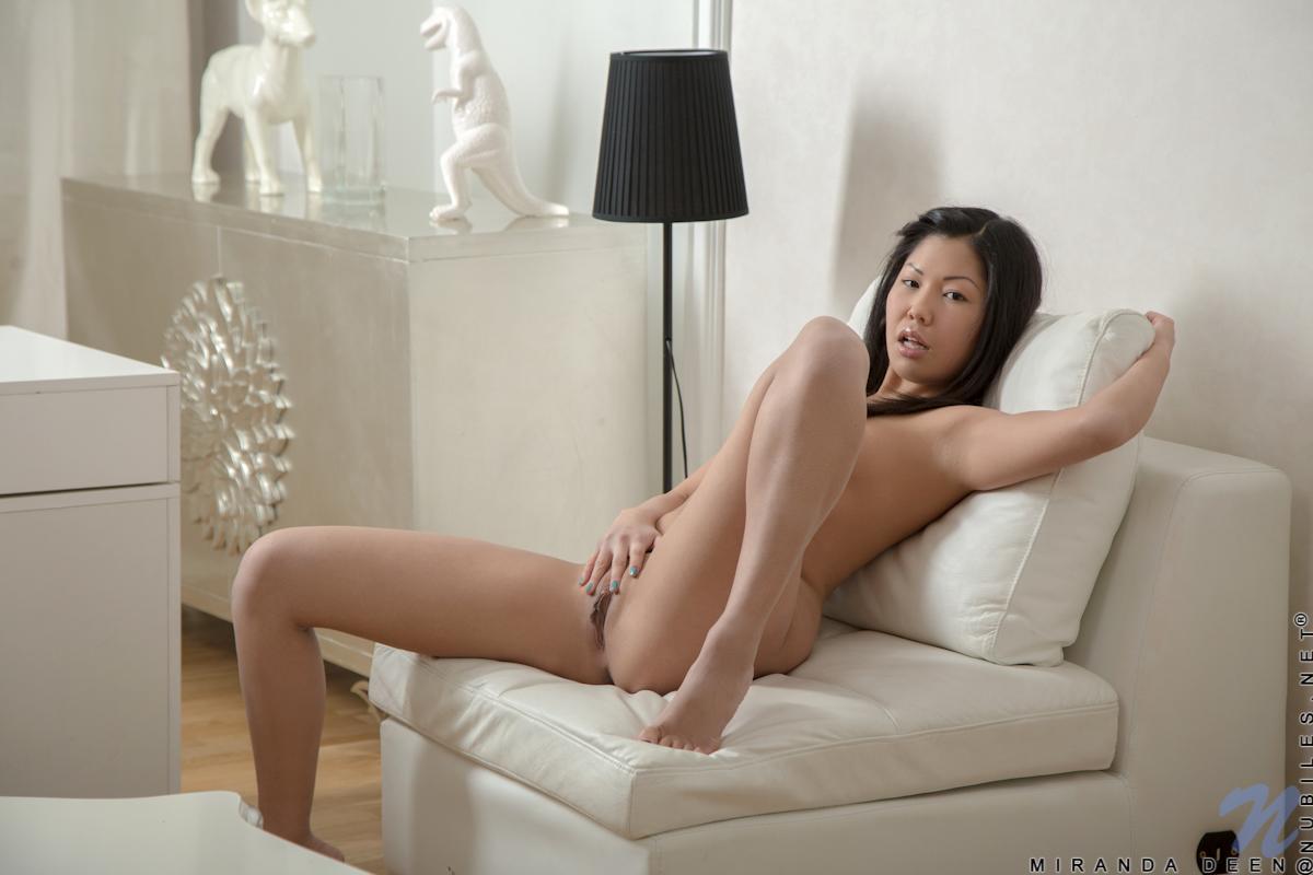 Азиатка с голой дыркой на мягком кресле. Фото - 10