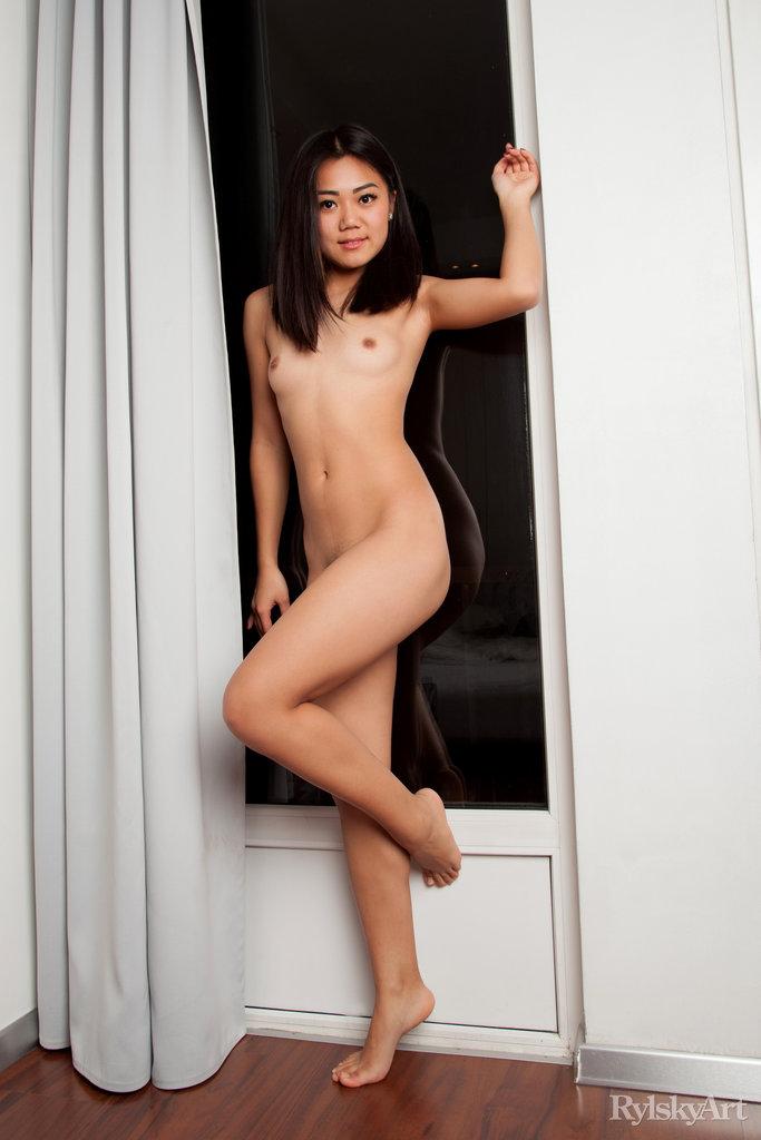 Нагая восемнадцатилетняя азиатка. Фото - 1