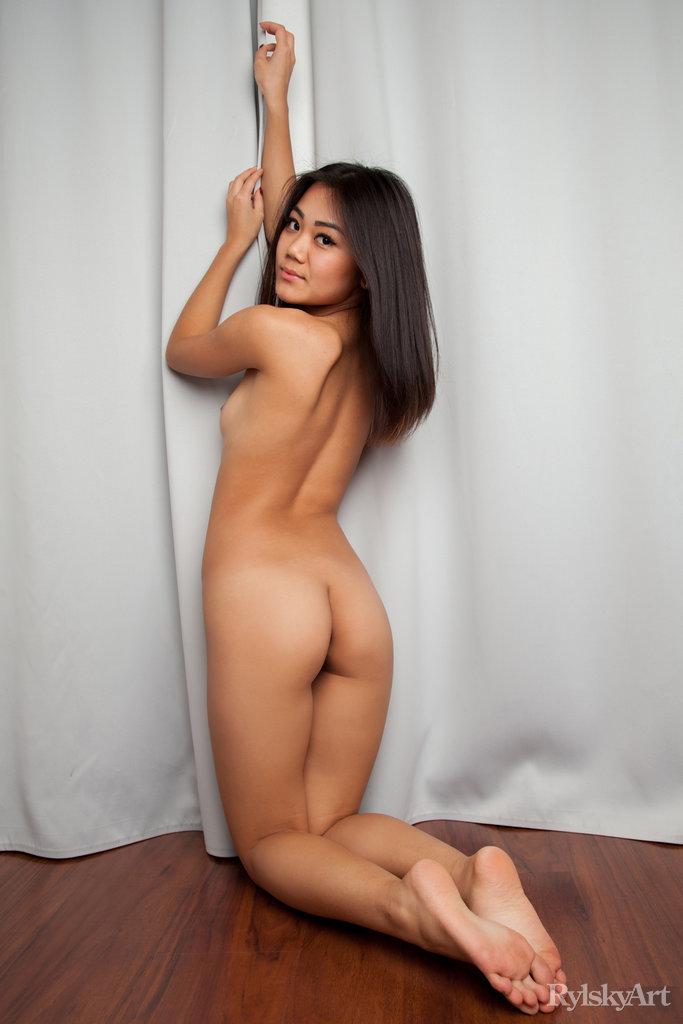 Нагая восемнадцатилетняя азиатка. Фото - 11