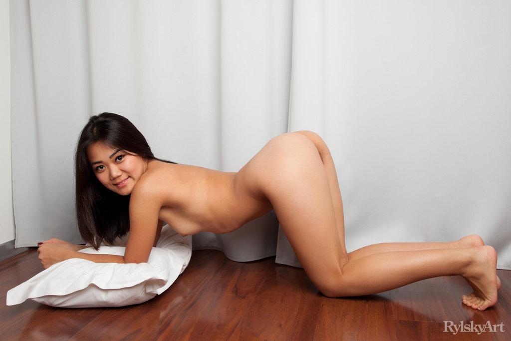 Нагая восемнадцатилетняя азиатка. Фото - 12