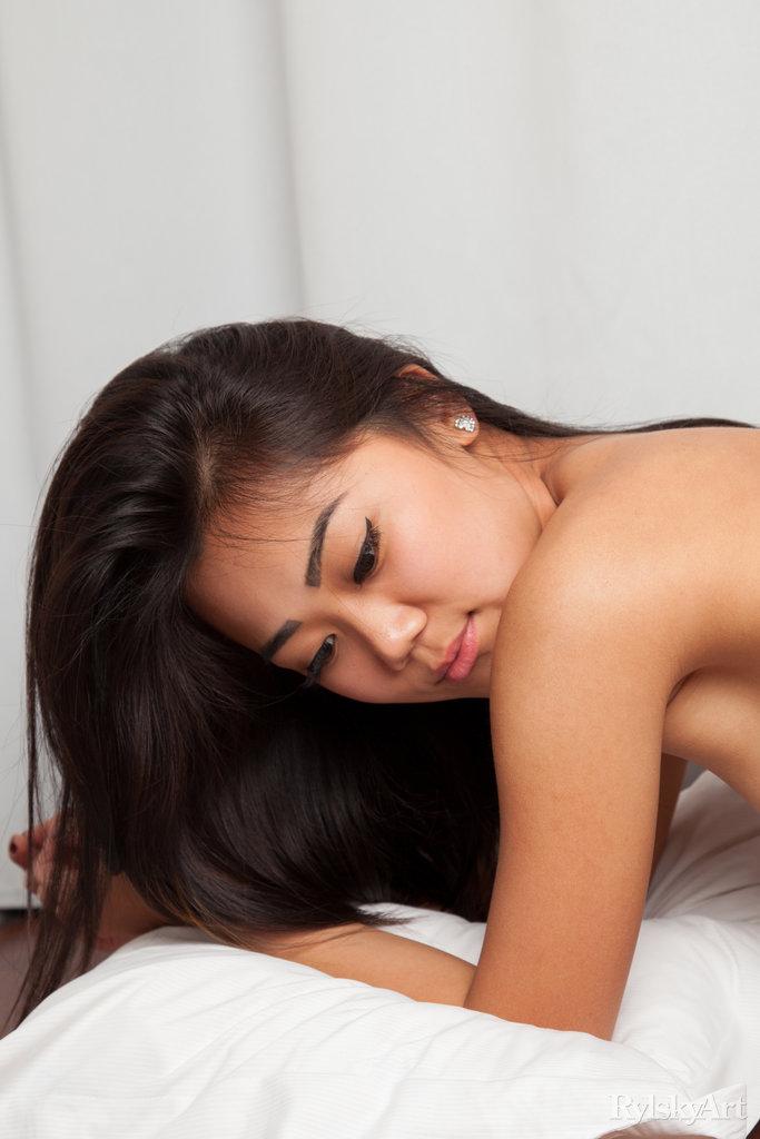 Нагая восемнадцатилетняя азиатка. Фото - 13