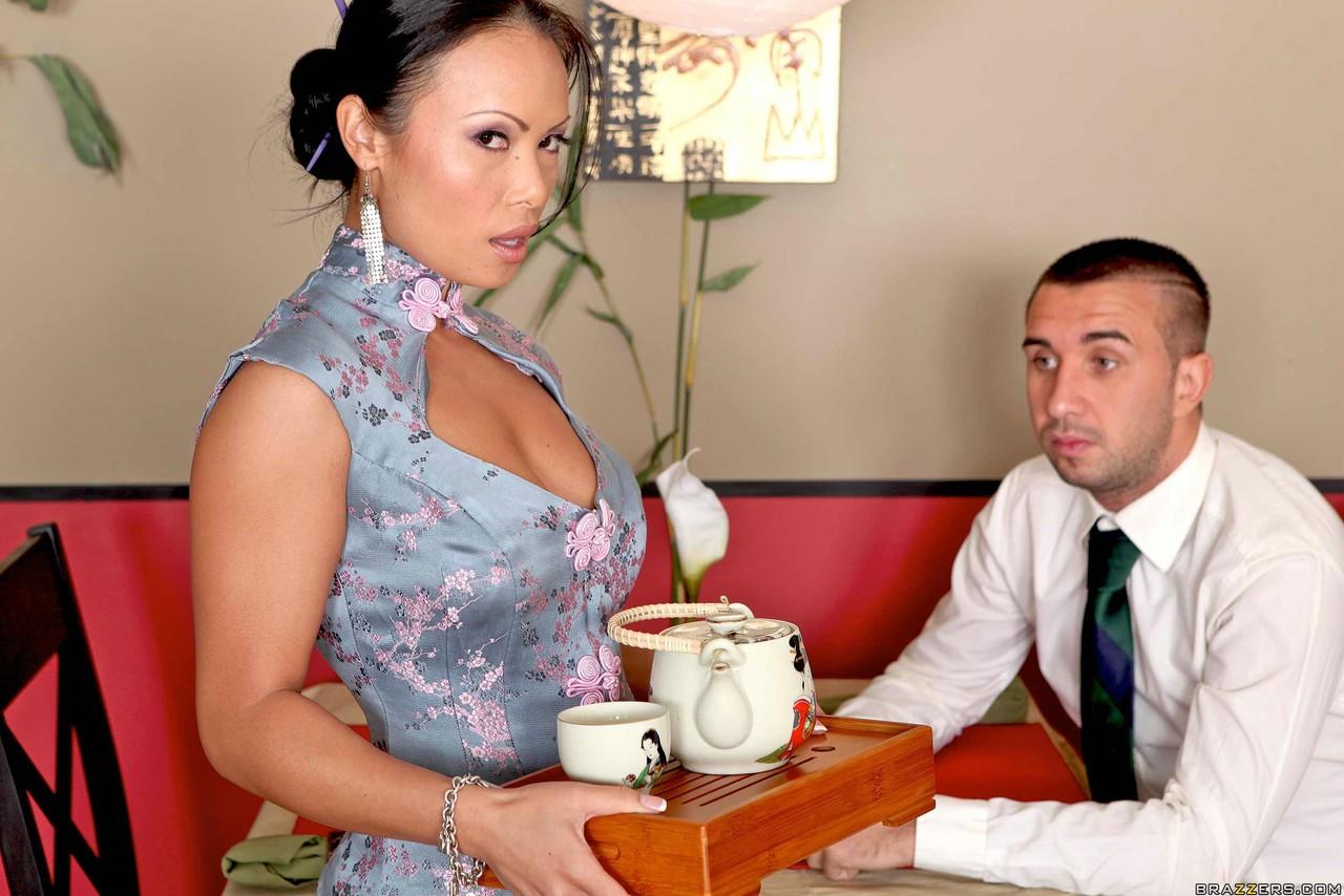 Киран Ли против азиатской официантки