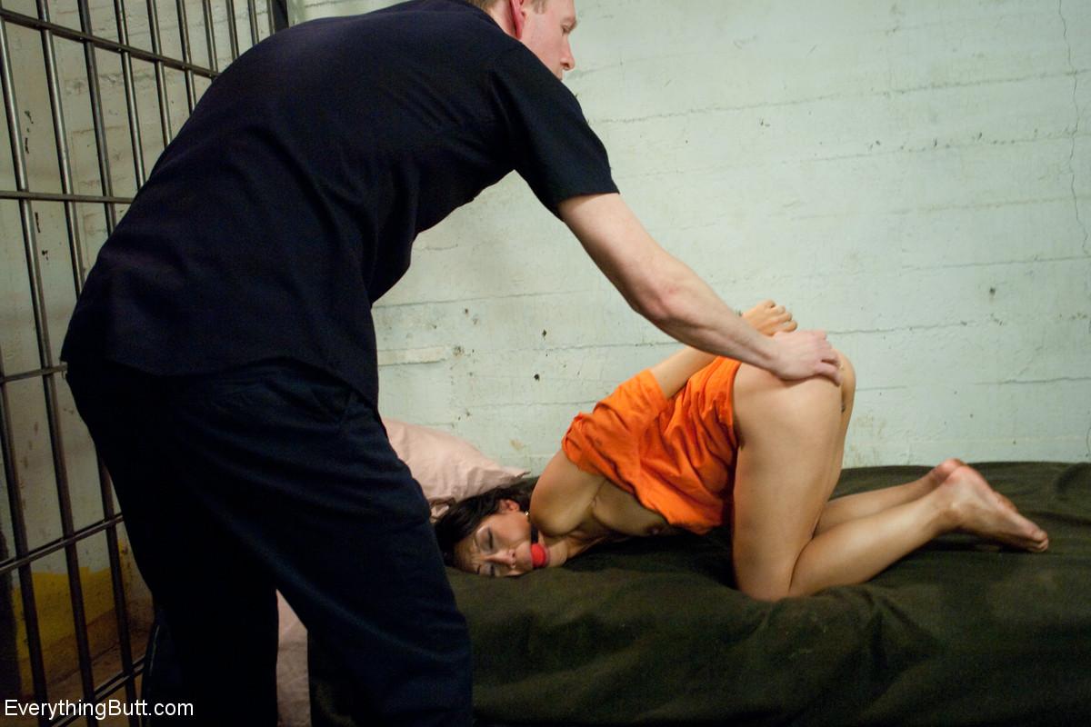 Анал с азиаткой на шконке в тюрьме