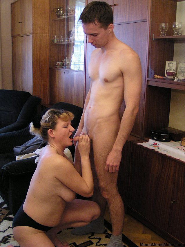 Обнаженная Мама Перед Сыном