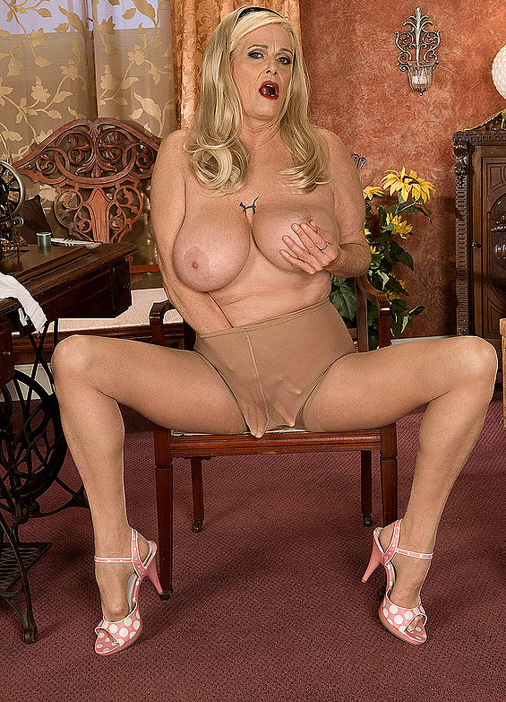 Mature women and grannies. Gallery - 273. Photo - 9