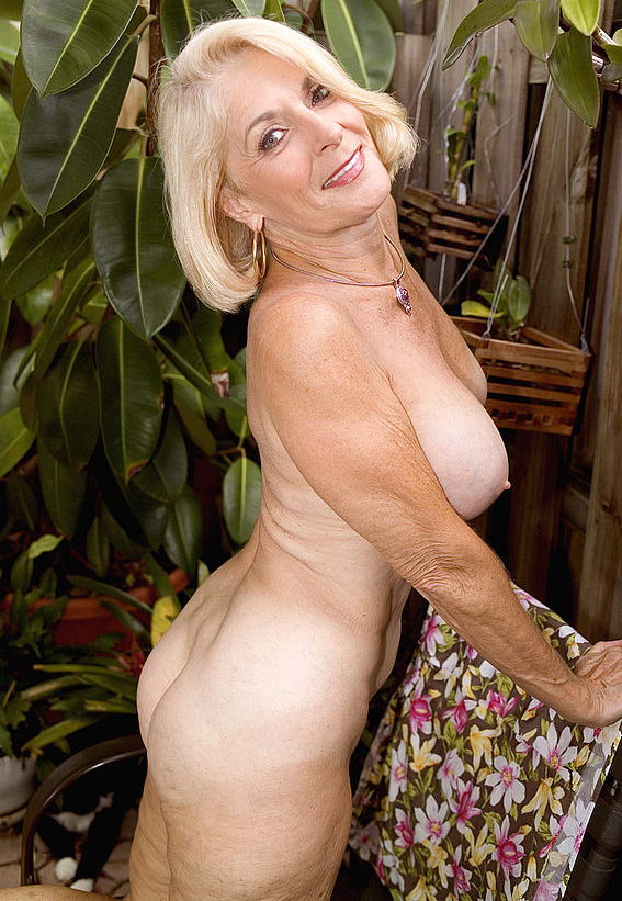 Mature women and grannies. Gallery - 303. Photo - 10