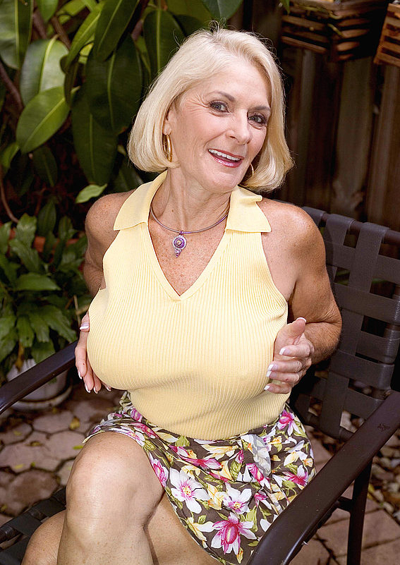 Mature women and grannies. Gallery - 303. Photo - 2