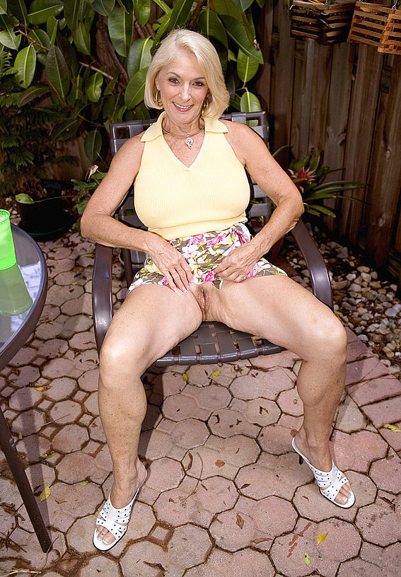 Mature women and grannies. Gallery - 303. Photo - 3