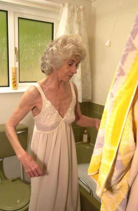 Голая бабуся 80+ принимает водные процедуры. Фото - 1
