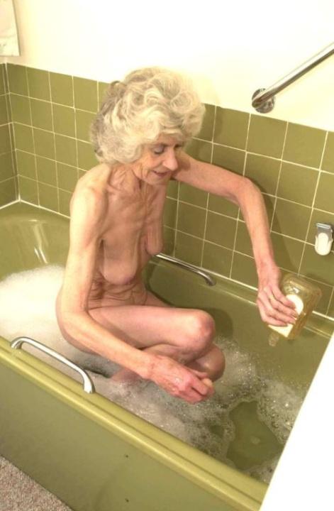 Голая бабуся 80+ принимает водные процедуры. Фото - 10