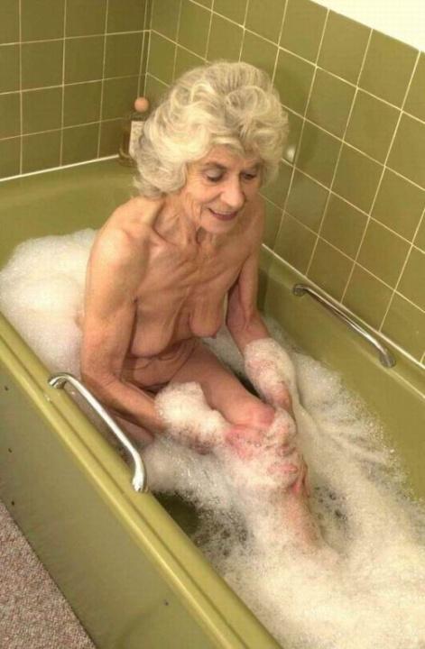 Голая бабуся 80+ принимает водные процедуры. Фото - 11