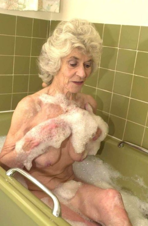 Голая бабуся 80+ принимает водные процедуры. Фото - 12