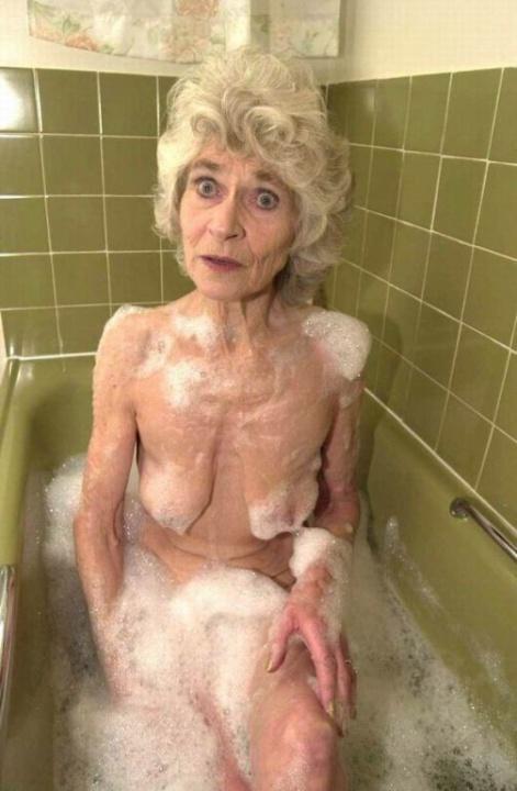 Голая бабуся 80+ принимает водные процедуры. Фото - 13