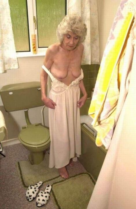 Голая бабуся 80+ принимает водные процедуры. Фото - 2