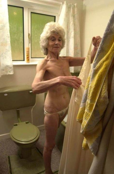 Голая бабуся 80+ принимает водные процедуры. Фото - 3