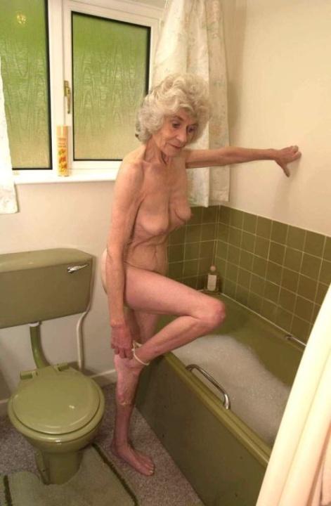 Голая бабуся 80+ принимает водные процедуры. Фото - 4