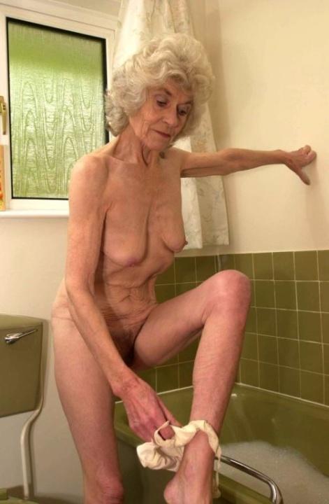 Голая бабуся 80+ принимает водные процедуры. Фото - 5