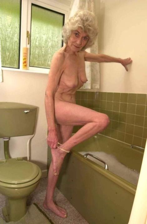 Голая бабуся 80+ принимает водные процедуры. Фото - 6