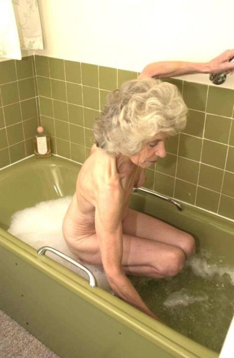 Голая бабуся 80+ принимает водные процедуры. Фото - 8