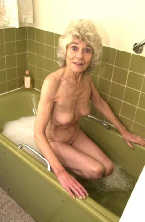 Голая бабуся 80+ принимает водные процедуры. Фото - 9