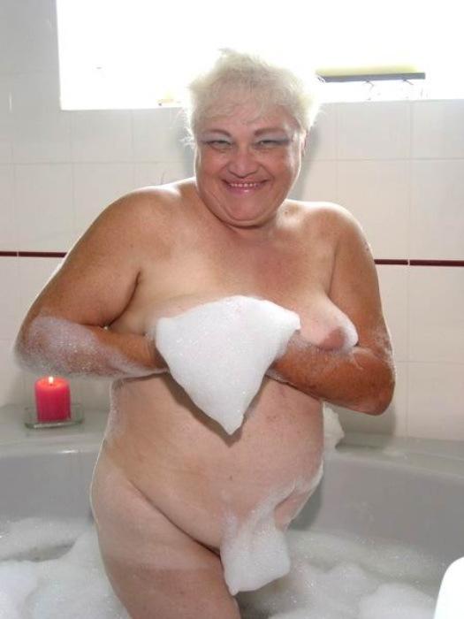 Веселая старушенция залезла в ванну. Фото - 1
