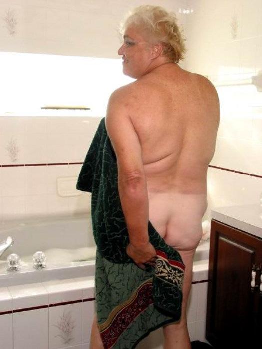 Веселая старушенция залезла в ванну. Фото - 10