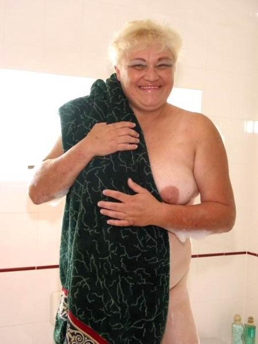 Веселая старушенция залезла в ванну. Фото - 11