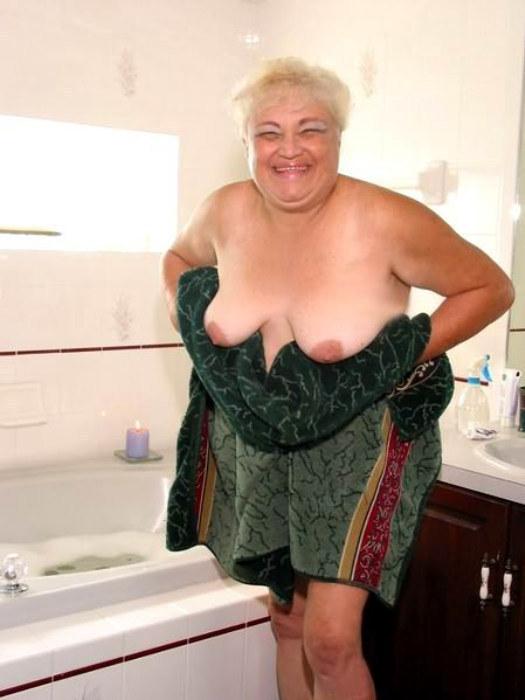 Веселая старушенция залезла в ванну. Фото - 12
