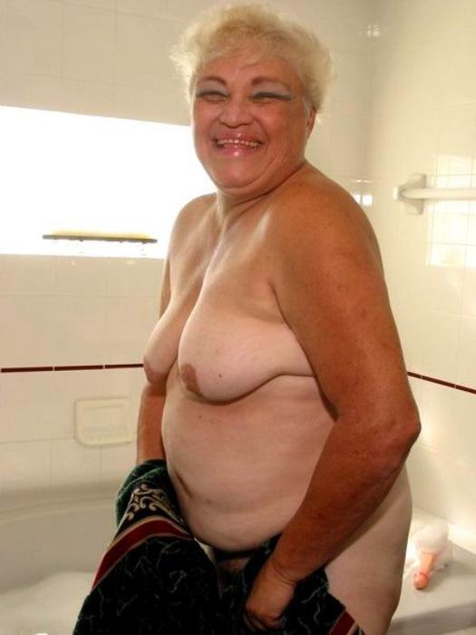 Веселая старушенция залезла в ванну. Фото - 13
