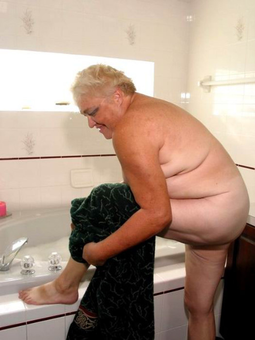 Веселая старушенция залезла в ванну. Фото - 14