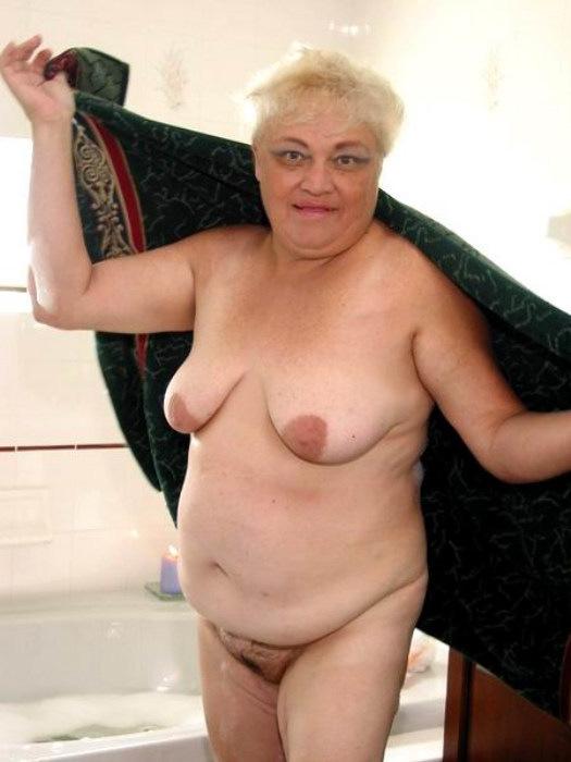 Веселая старушенция залезла в ванну. Фото - 15