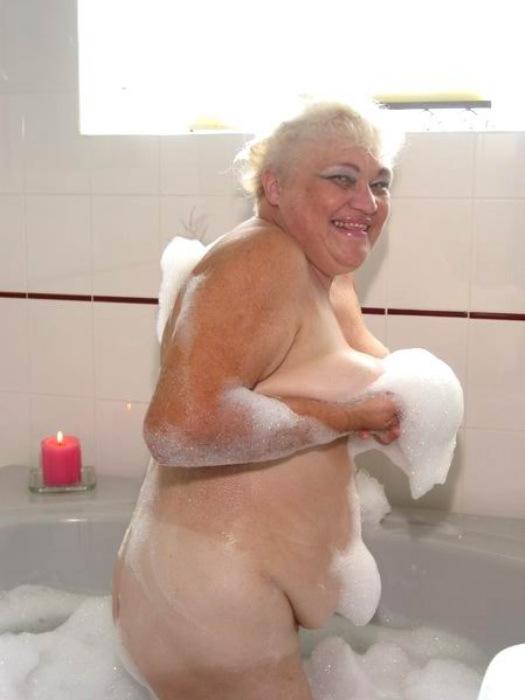 Веселая старушенция залезла в ванну. Фото - 4