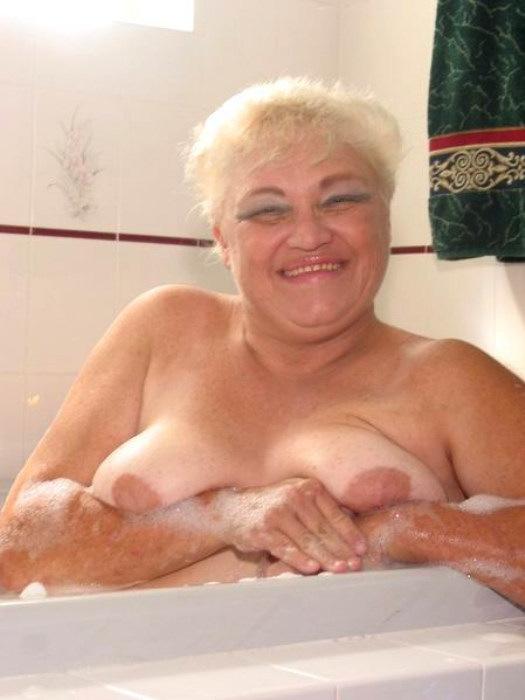 Веселая старушенция залезла в ванну. Фото - 5
