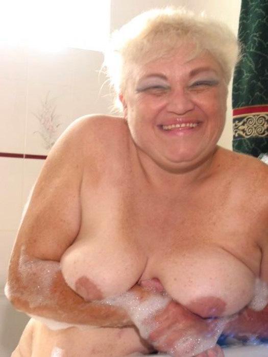 Веселая старушенция залезла в ванну. Фото - 7