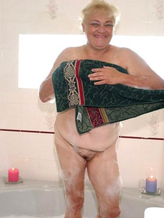 Веселая старушенция залезла в ванну. Фото - 9